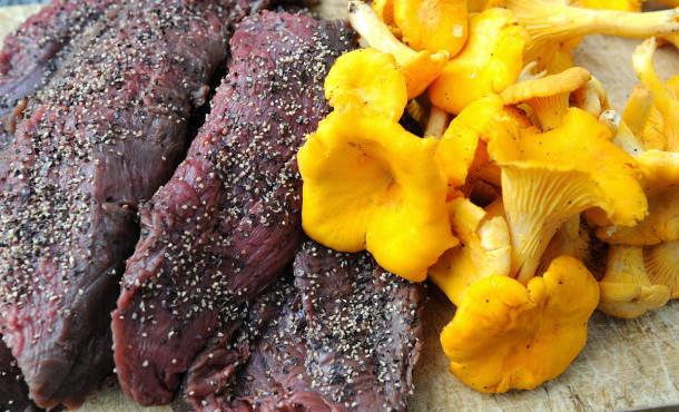 Kjøtt av hjortevilt har naturlig ganske mild smak. Passer utmerket med annet av høstens gull. Egill J. Danielsen.